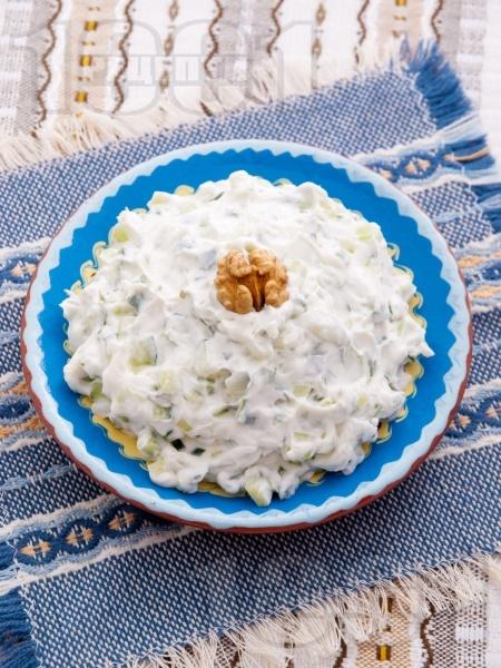 Домашна салата Снежанка / Дзадзики / Сух таратор с цедено кисело мляко, краставици и копър - снимка на рецептата